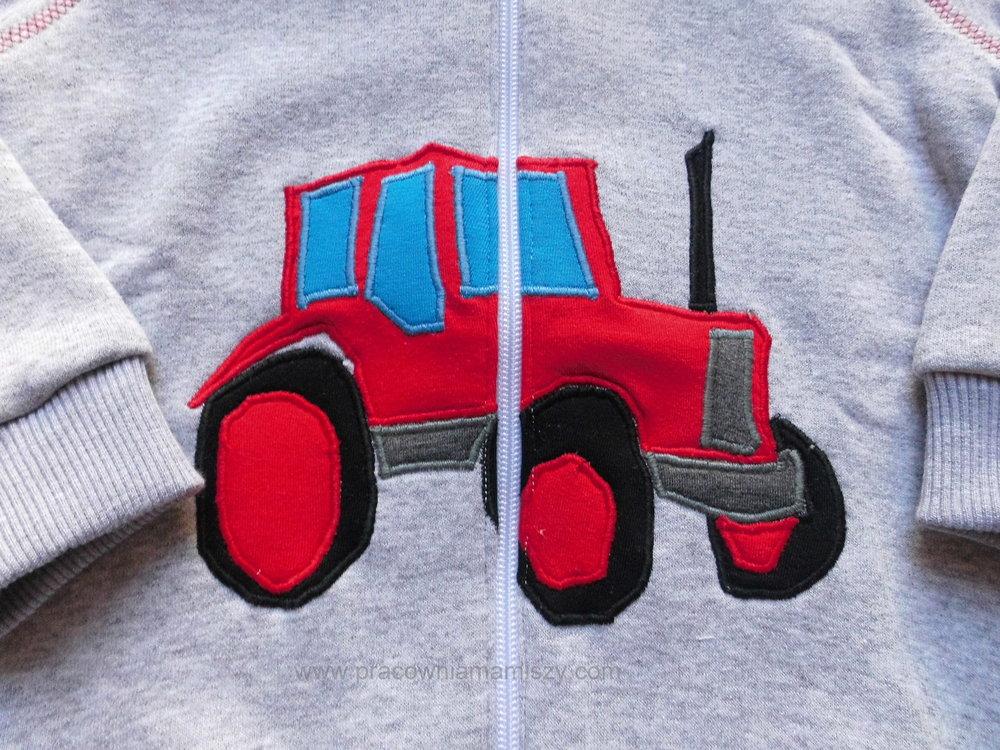 Kanciasty traktor, obawiam się, że daleko by nie zajechał ;)
