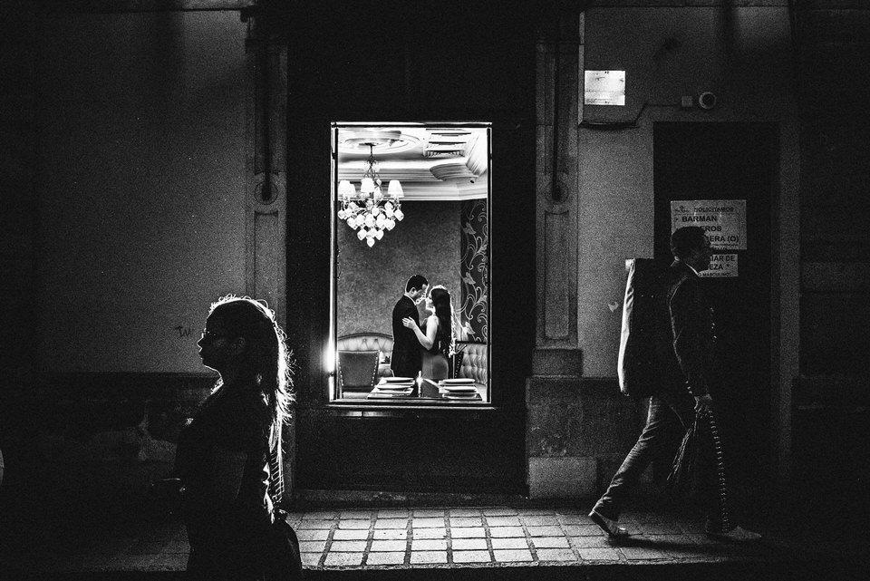 raquel mirando fotografia | sesión | jessica&harold-64.jpg