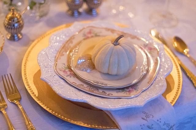 Thanksgiving holiday-table-1926938_640-1.jpg