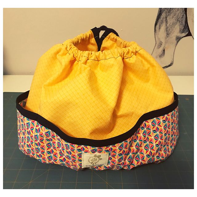 Did you know I take custom orders? This client wanted a Weekend Bag tote to use as a diaper bag, but was in need of more pockets. I created a drawstring purse insert w pockets around the outside AND inside to help organize all those baby related items. Get at me if you have a custom project in mind and we'll make your bag dreams come truuuu! ✂️👛✨