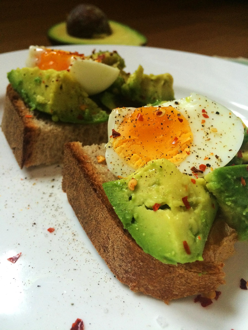 5-MINUTE AVOCADO AND HARD-BOILED EGG ON TOAST