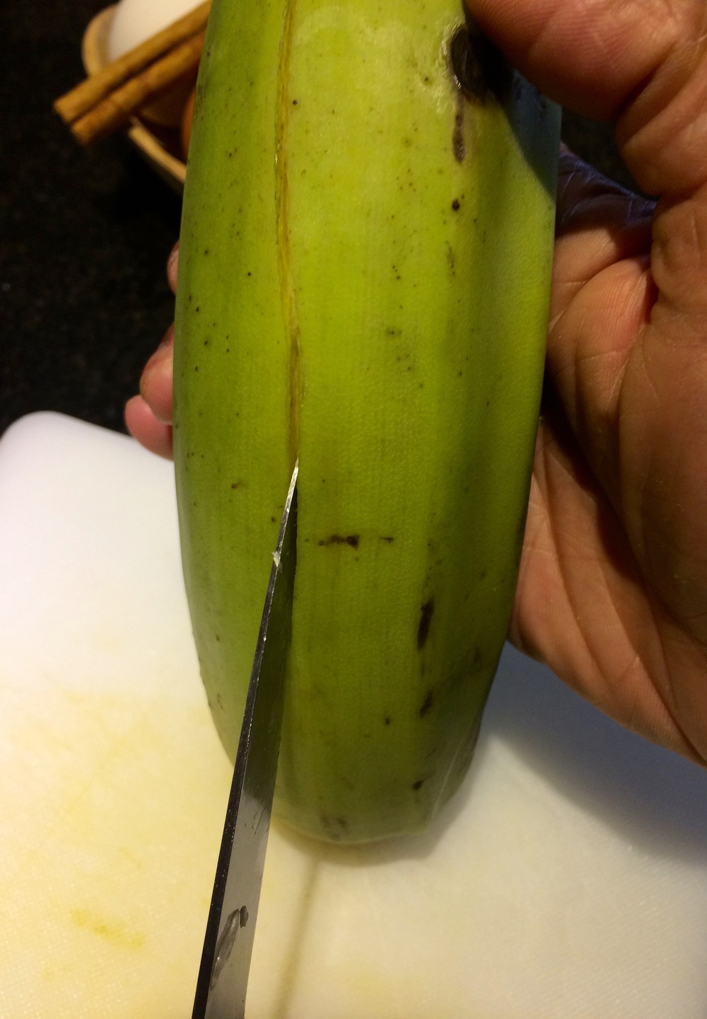 Vertically cutting the green plantain