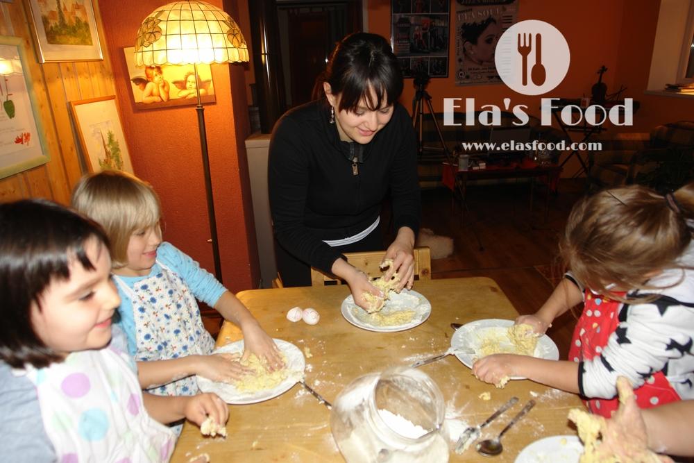 kids-cooking-pasta-egg.JPG