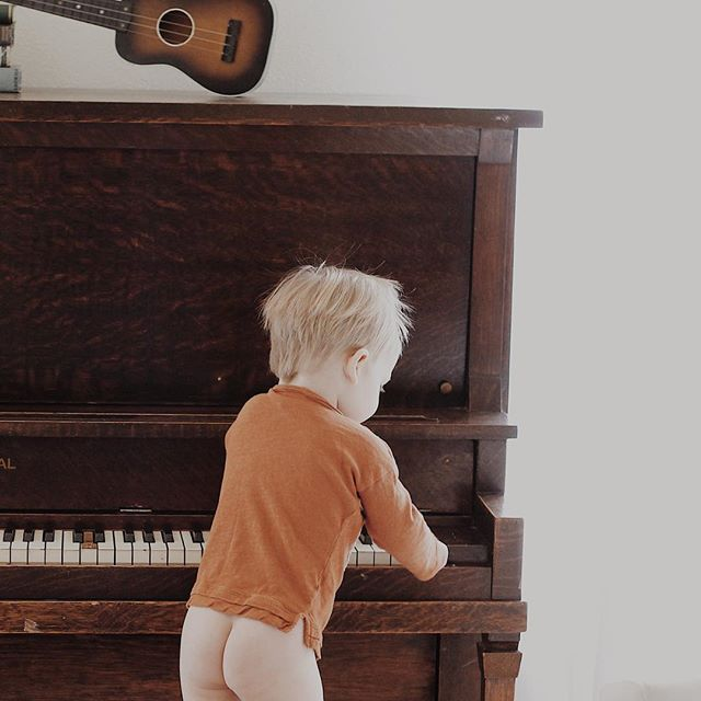 I don't know if you guys saw already...but we picked up a free piano the other day. None of us know how to play (yet? 🤔😂) but oh my goodness it was not a mistake. Look how cute 😭