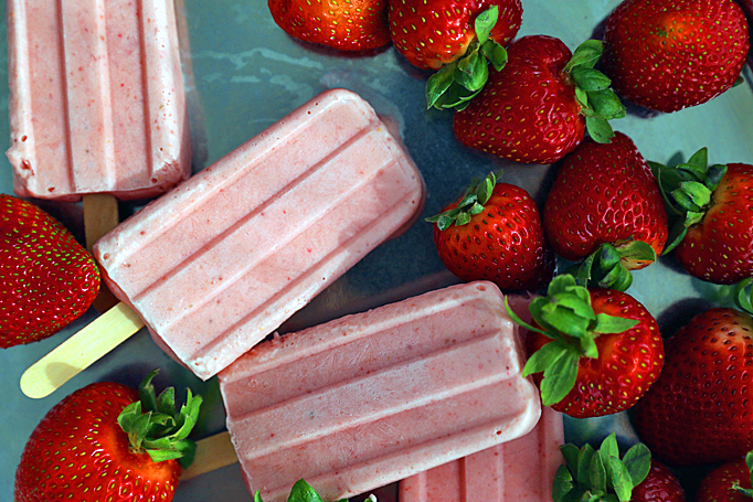 simple-strawberry-popsicles-04_edited-1