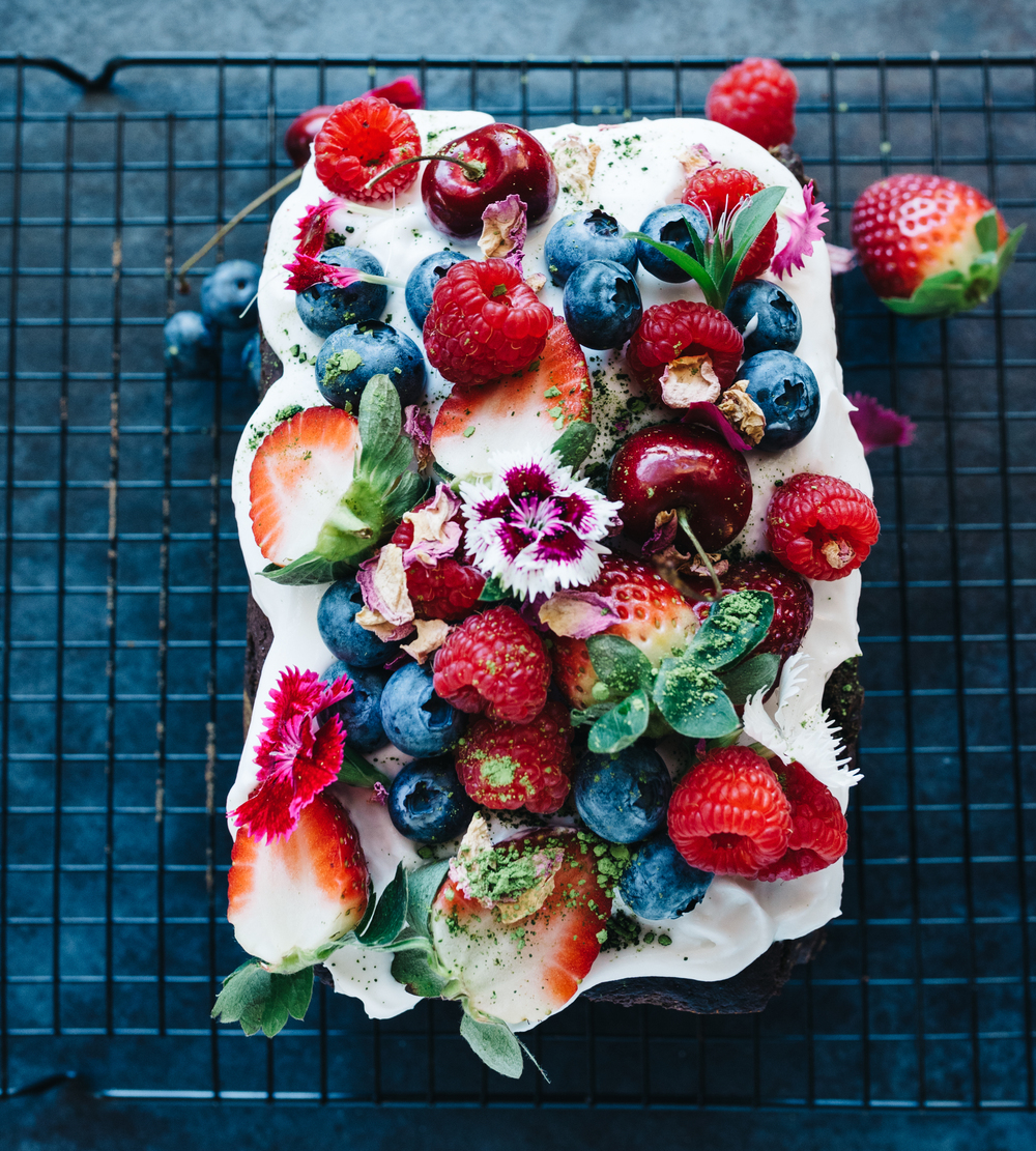 decorate with yoghurt, berries, matcha powder and flowers