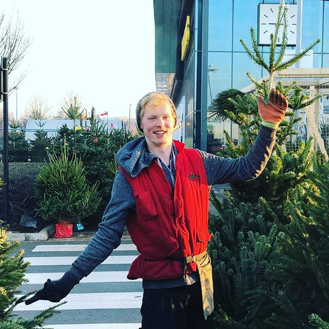This is Luke. Luke runs one of the toughest sites that we operate at, down at Leamington Spa... with zero shelter and lots and lots of lifting and carrying to be done everyday. Fortunately Luke is a total warrior 💪🌲, and takes this in his stride. Just look how tough he looks😁 Luke loves Christmas trees, and loves carrying them around car parks in the freezing cold and wet. We Tree Kings love Luke. Cheers Luke! Not long til sell out now. Keep it up!!💪🌲😎 . . . . #realchristmastree #realtree #keepitreal #whenthegoinggetstough #wetreekings #christmas2018 #advent #christmascountdown #christmasdelivered #ukgrown #locallysourced #sustainablyspurced #leamingtonspa #royalleamingtonspa