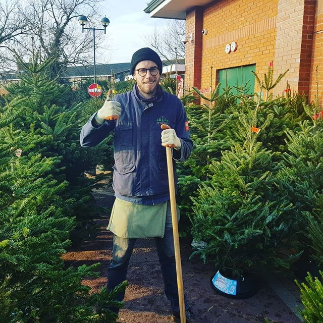 This is Dan. Dan is a world travelling man of many talents. When he's not selling trees he can be found teaching children in Korea to play football, managing the movement of cargo ships at Spanish ports and charming snakes in India. However, one thing he bloody loves is trees💚🌲, and We Tree Kings love Dan. Dan manages our retail site in Stratford-upon-Avon, the home of a certain great British playwrite. Stratford-upon-Avon also currently homes some great British Christmas trees🌲🇬🇧. So get down and get one before they're all gone! Cheers Dan! 👍🌲👑 . . . #realtree #keepitreal #realchristmastree #christmas #christmasdelivered #christmas2018 #locallygrown #locallysourced #sustainablysourced #ukgrown #freshlycut