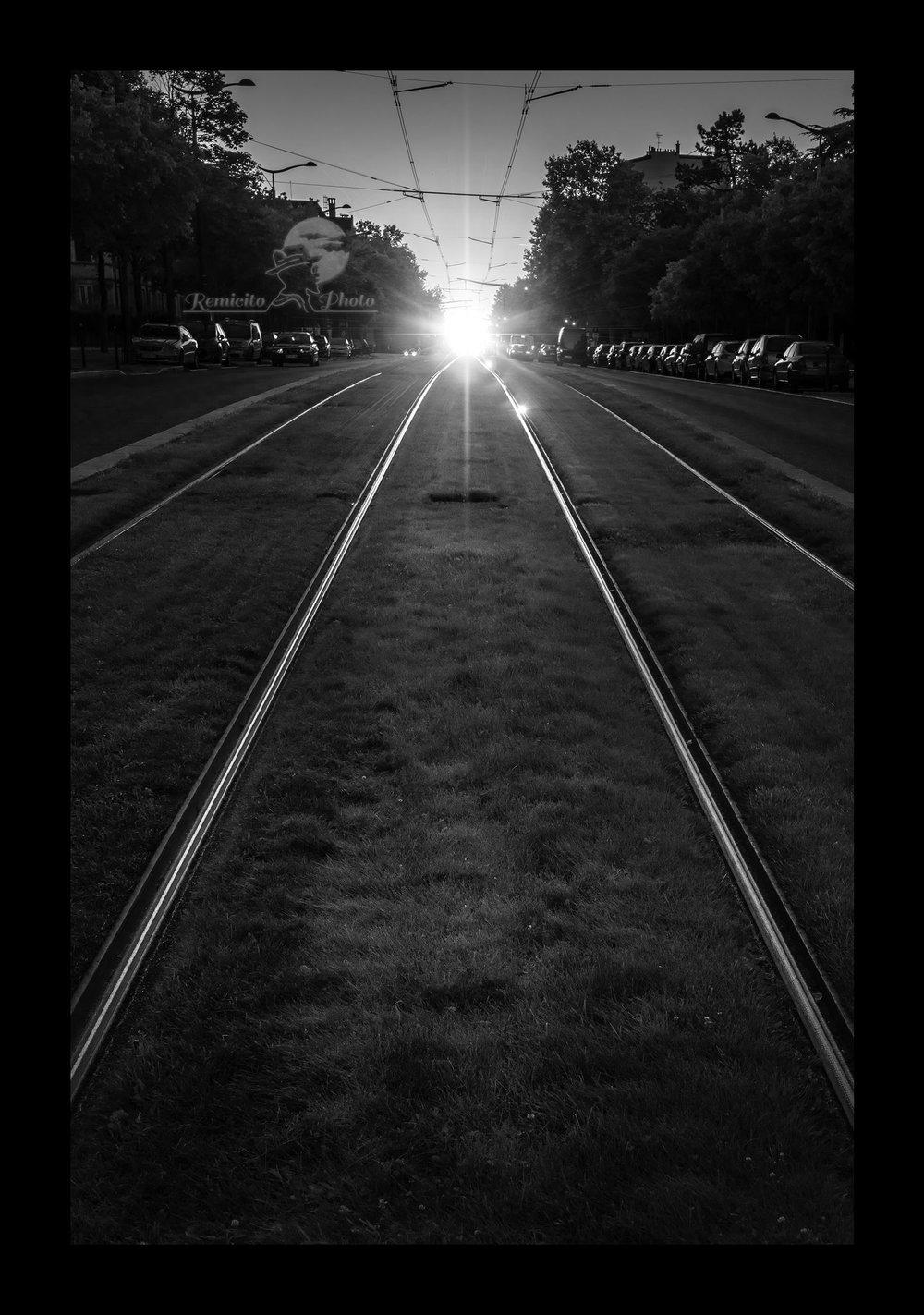remicito photo, idée cadeau, coucher de soleil, paris en noir et blanc, photo noir et blanc, paris tramway, black and white photography, paris black and white, cadeau pour lui, cadeau pour elle, idée cadeau déco, gift idea, gift idea photography