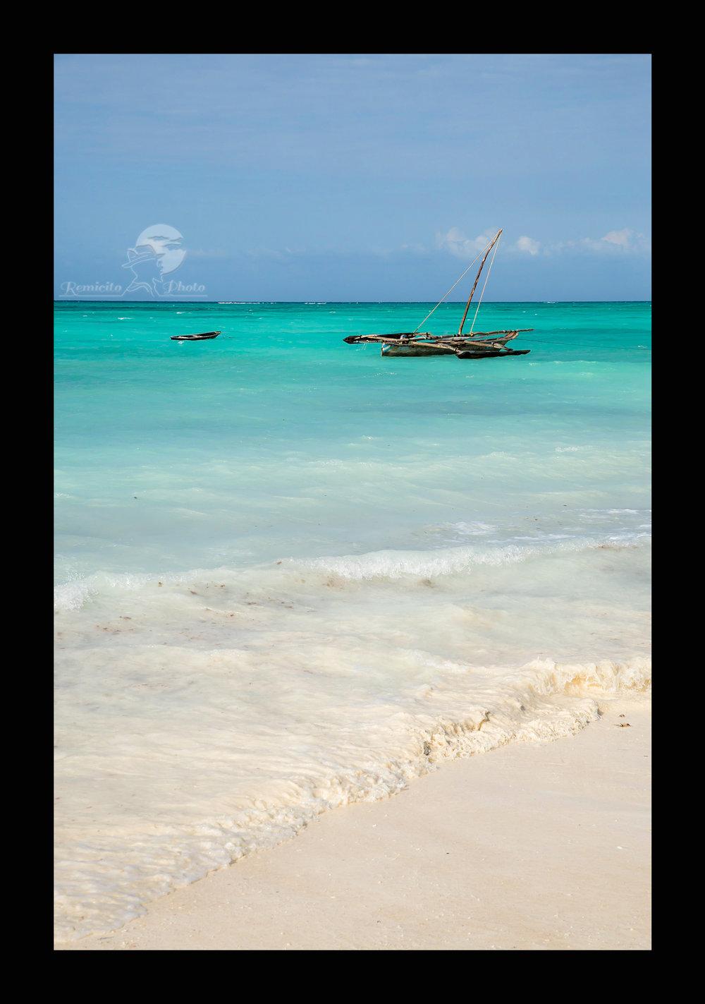 remicito photo, image du jour, photo du jour, photo of the day, photo plage zanzibar, eau turquoise Zanzibar, bateau pêche Zanzibar, belle photo plage, photo eau turquoise, eau limpide, plage de sable blanc, île zanzibar, photo tanzanie plage