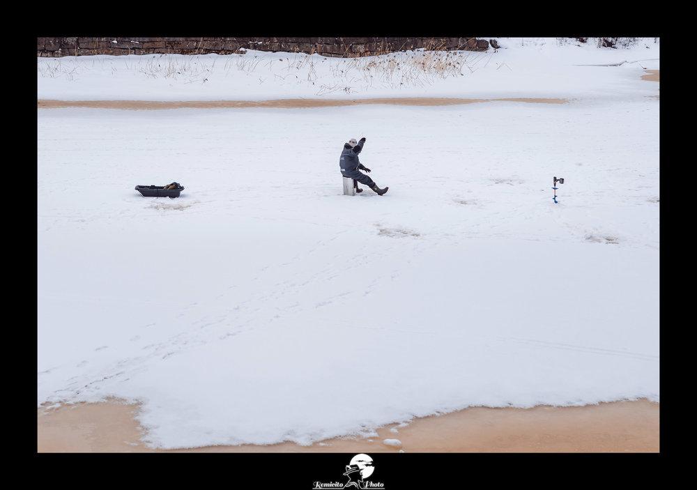 Remicito photo, remicito rémi lacombe photographe voyage, belle photo idée cadeau neige, idée cadeau photo porvoo finlande pêcheur glace