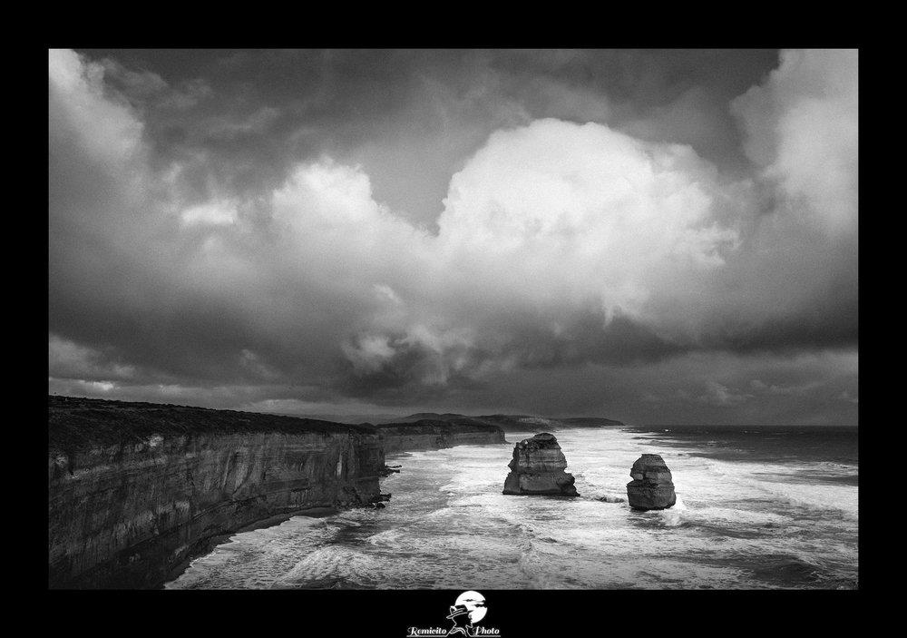 Remicito photo, remicito rémi lacombe photographe paris, belle photo noir et blanc great ocean road, photo nuages noir et blanc, idée cadeau photo nuages ocean mer falaises