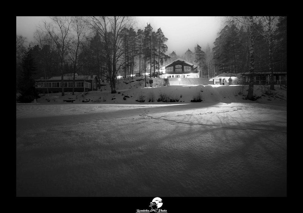Remicito photo, remicito rémi lacombe photographe paris, belle photo noir et blanc neige, idée cadeau belle photo neige finlande, châlet neige hiver froid photo