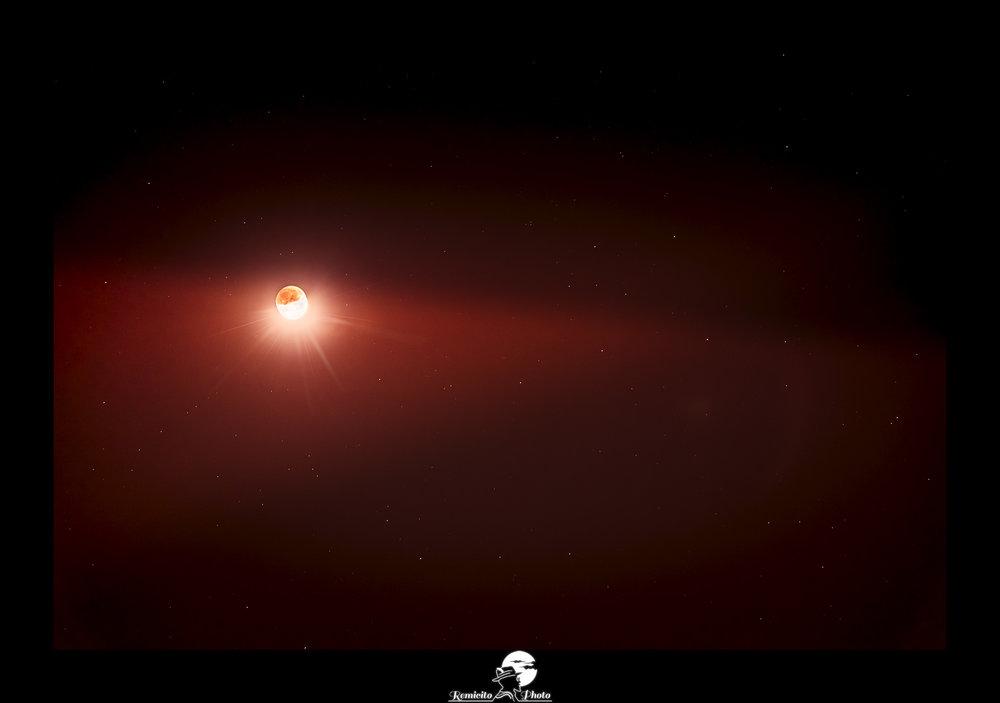 Remicito photo, remicito rémi lacombe photographe paris, belle photo idée cadeau, belle photo lune rouge ciel étoilé