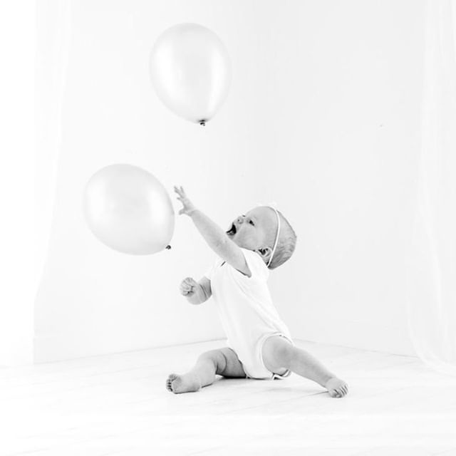 Come here you cheeky balloon. . . . . . . . . . #firstbirthdaycakesmash #firstbirthday #cakesmash #fun #whynot #baby #baloons #whitestudio #naturallight #noflash #naturalstudio #baby'sfirstyear #inverclyde #renfrewshire #bridgeofweir #kilmacolm #babyphotos