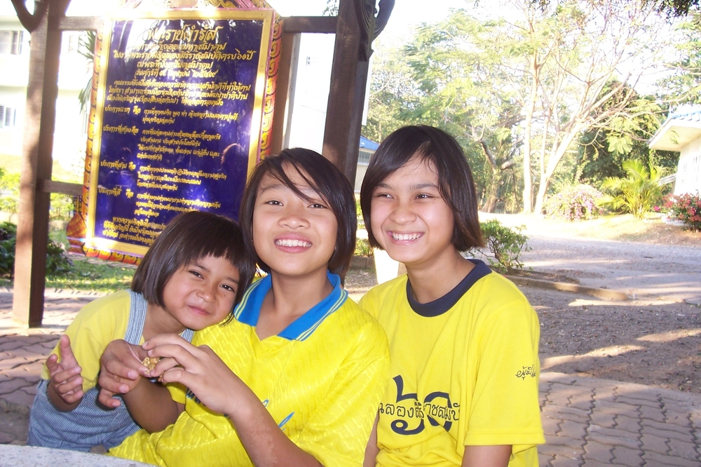 Saraburi girls with sign.JPG