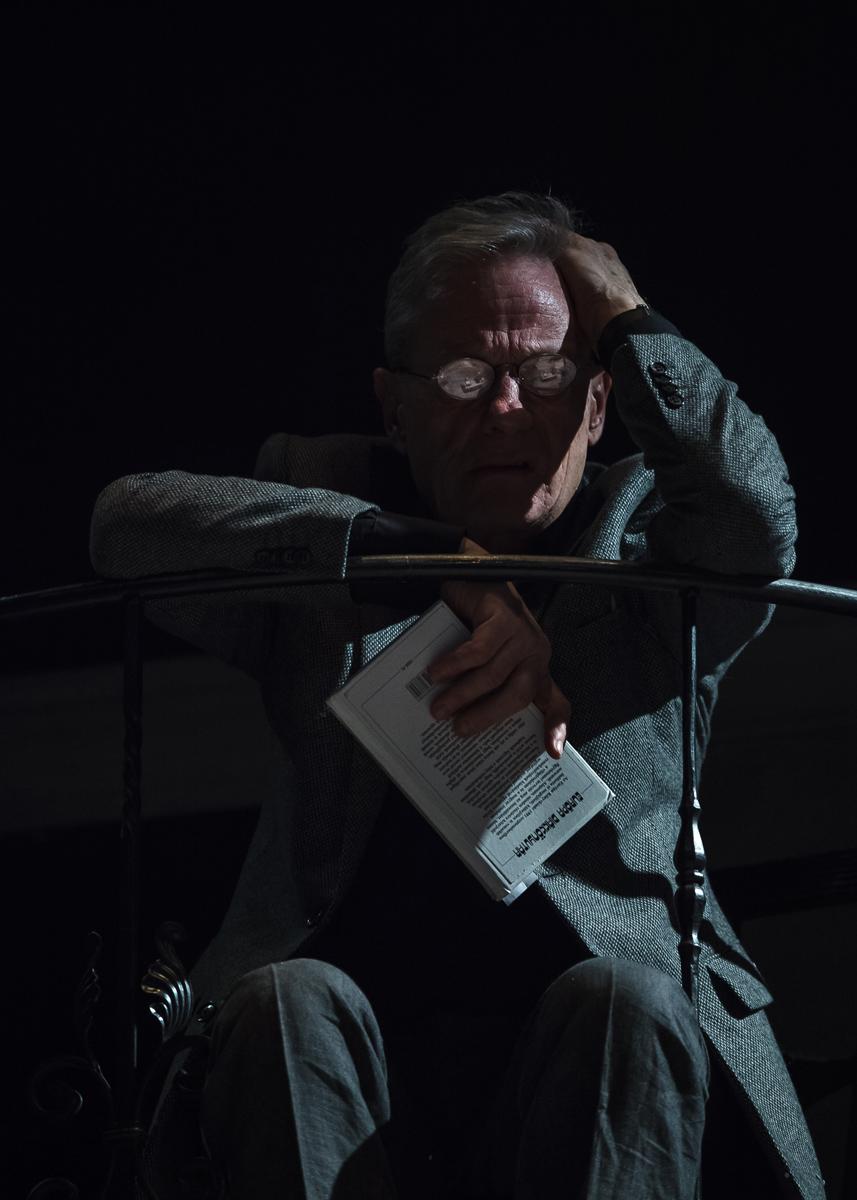 Holt lelkek (Radnóti Theatre 2013) -András Bálint as Narrátor