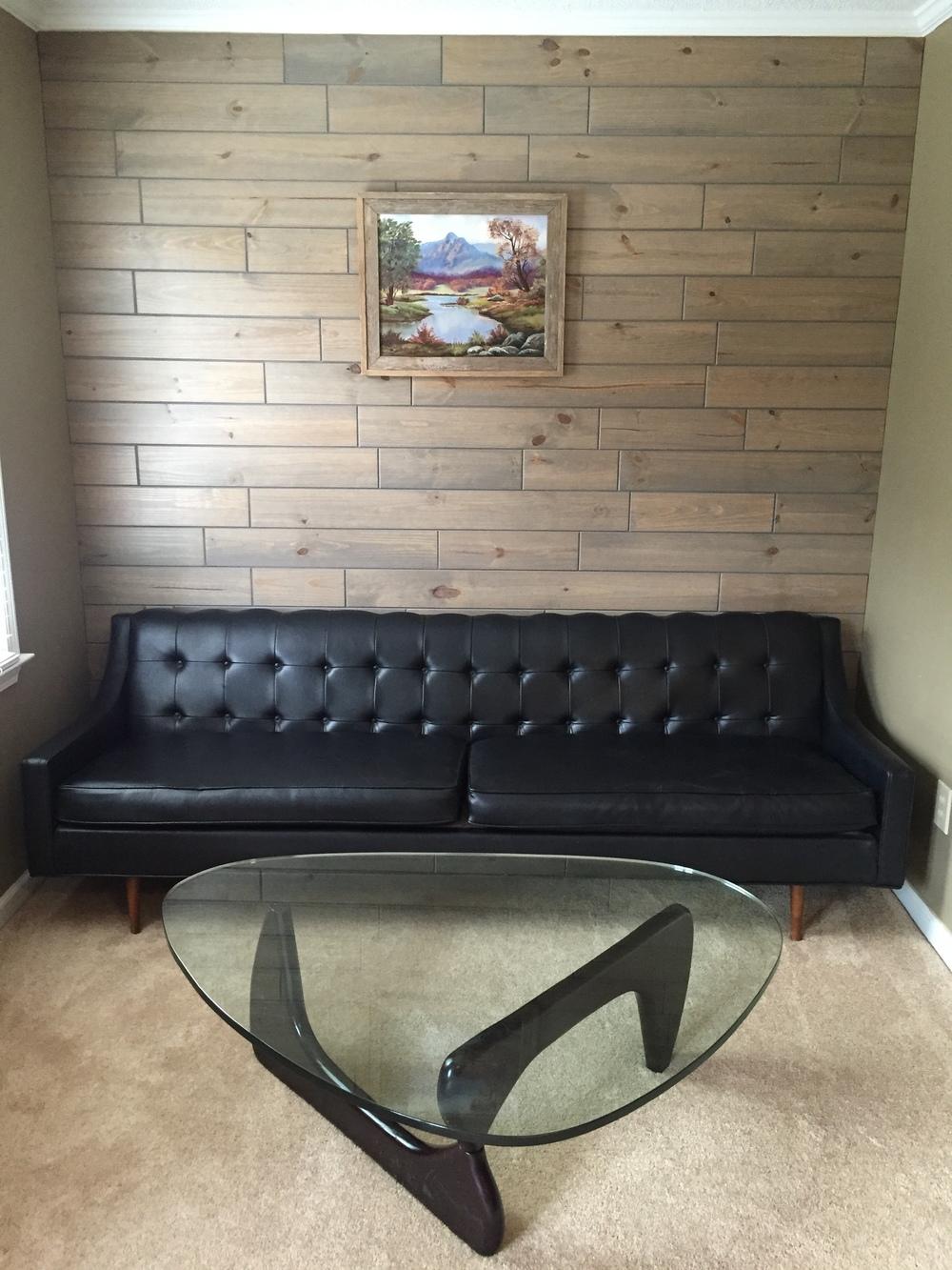 Tada!Wood walls + gray = classic yet trendy.