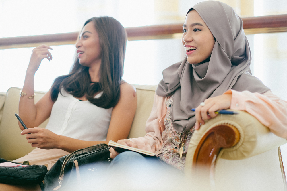 Nurul and Zahra sharing light moments with other fashionistas.