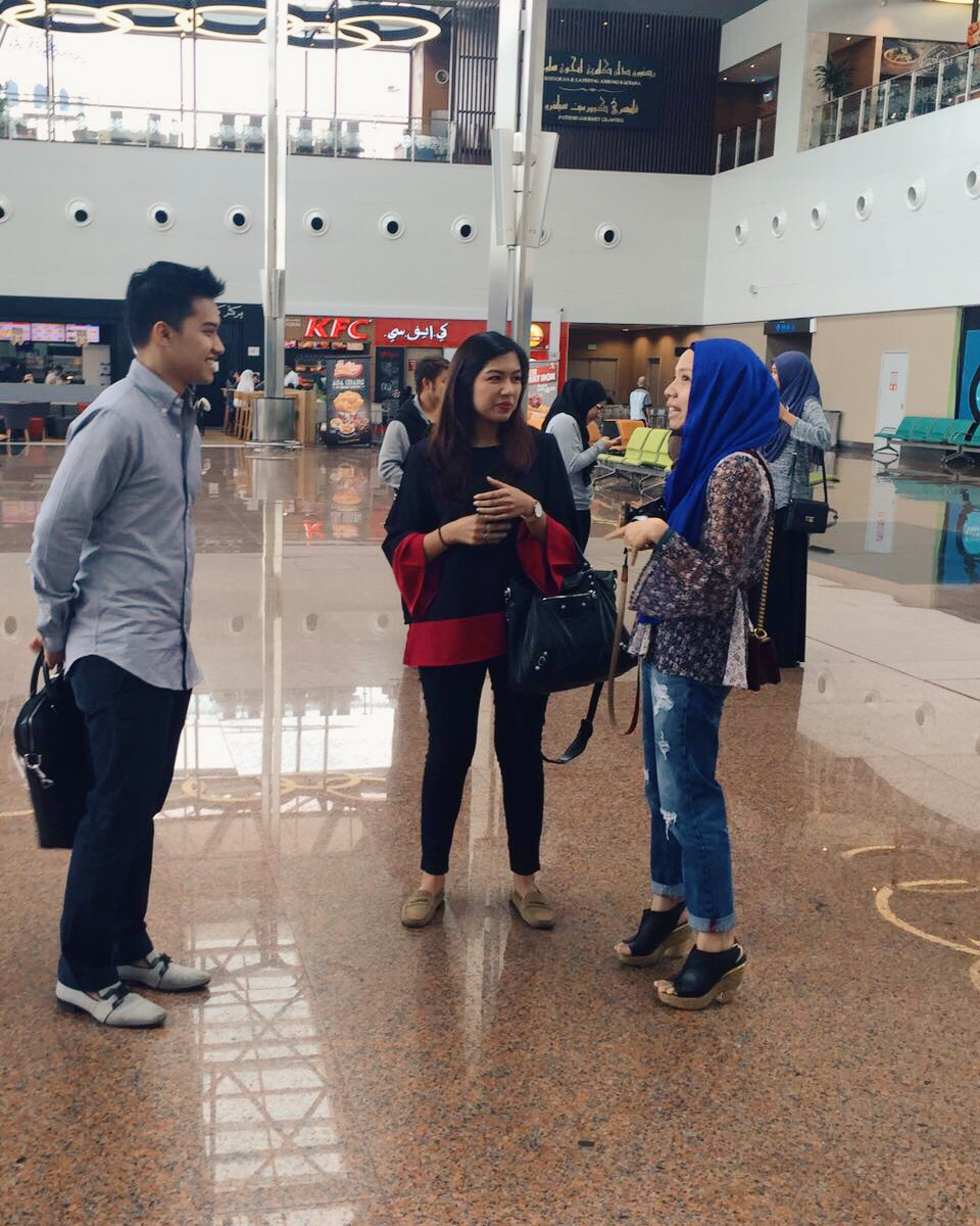 Having a very fruitful conversation with Fadza and Tasha, while waiting for Vivy. Picture courtesy of Erdina.