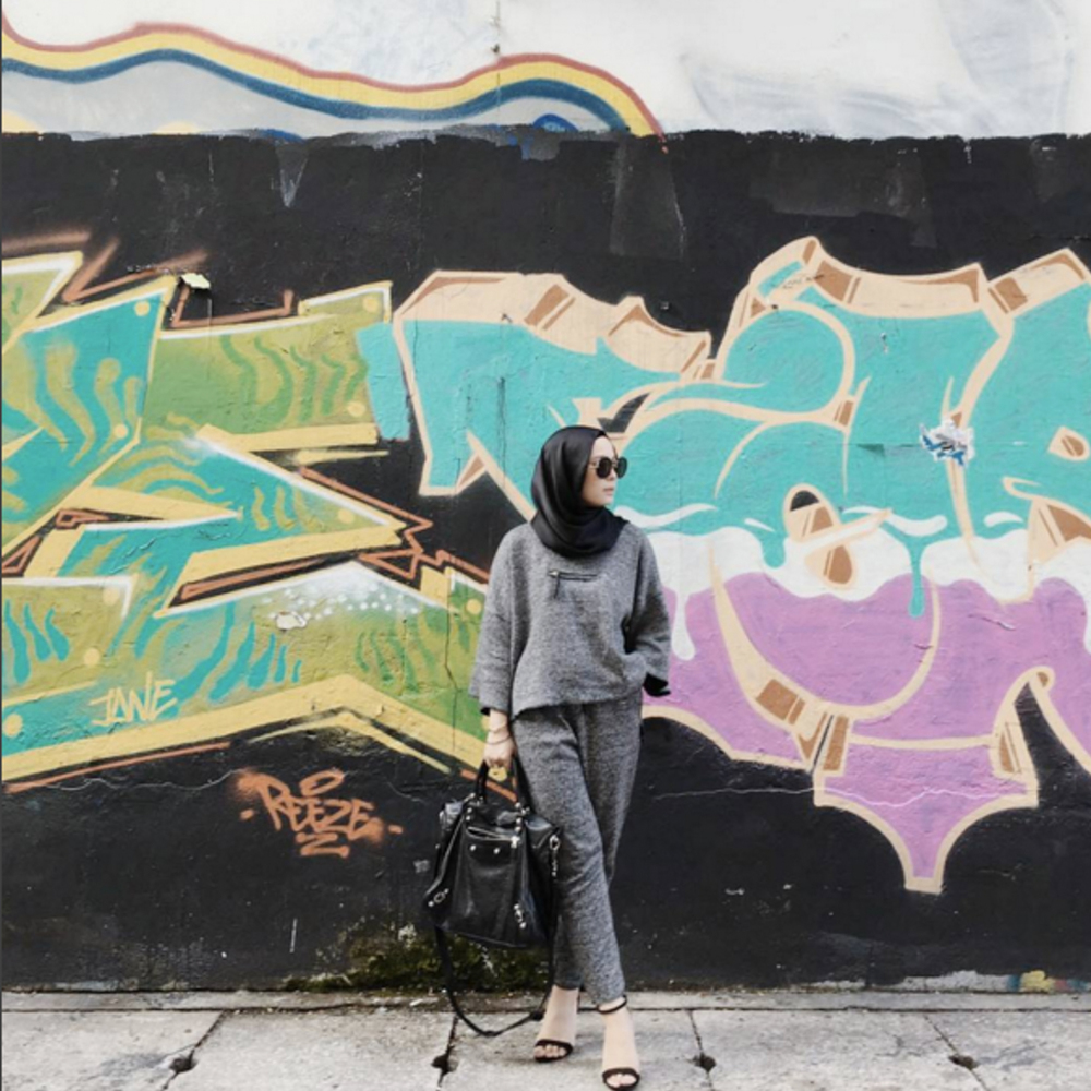 Vivy Yusof is wearing Ana Abu. (Pic: @vivyyussof)