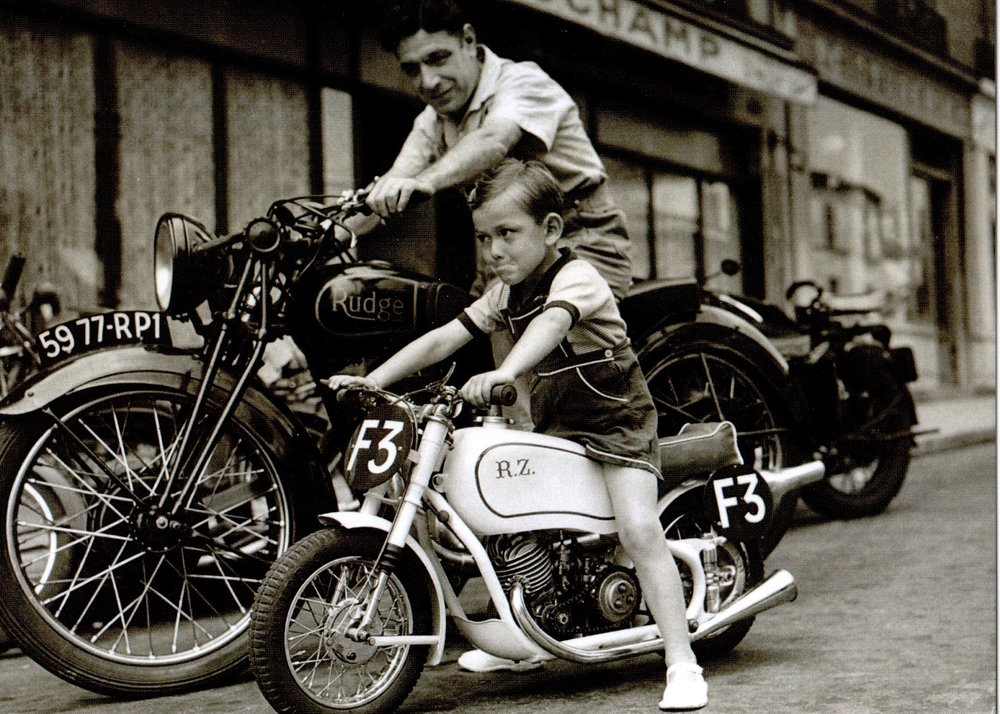 POPPERFOTO / Father and son motorbikes / Paris, 1951 / Nouvelles Images S.A. et Popperfoto - Getty Images 2010