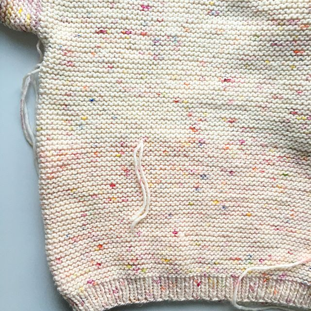 I wanted to finish my #dalstonsweater today and realized that the yarn balls in my set must have come from different coloring sessions. While some wool is more white, the other is rather pink. The difference is well visible 😑👎🏼When buying a set for almost 140 €, I would expect to get all the wool balls from the same coloring batch, which was definitely not the case. #disappointed #stricken #knitting #instaknit #knittersofinstagram #weareknitters #wak
