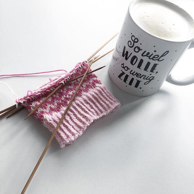 So viel Wolle, so wenig Zeit. Wie wahr. Aber wie schön, wenn man dann endlich Zeit hat 🤗 Die Tasse ist ein Andenken vom #tagderwolle 😍 #stricken #tagderwolle #ozverlag #soxxno22 #stineundstitch #knitstagram #knittersofinstagram #instaknitting