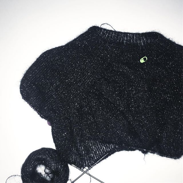 knitting «top down» for the first time. Not sure yet how this will turn out 🙈 also: not the best wool for pics 😑 pattern by @petiteknit #nofrillssweater #mohair #knitstagram #instaknitting #stricken #christmasknitting