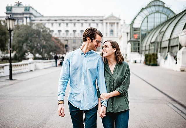 What happens when 🇮🇹 meets 🇺🇸 in Vienna.... For the full story of these two lovebirds, check link in bio or hop over to www.constantin.wedding/lovestories