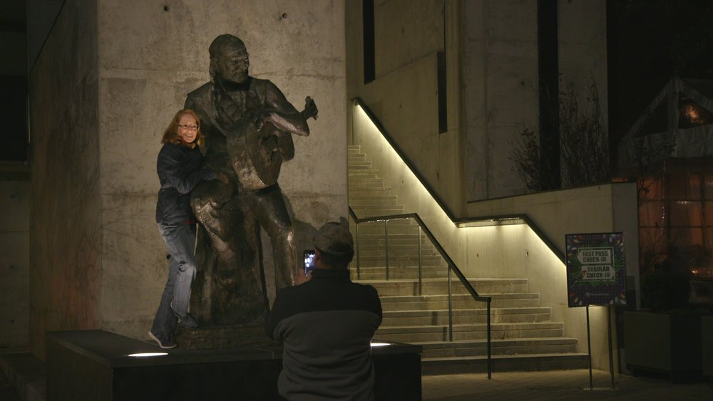 dox-video-work-willie-nelson-statue.jpg