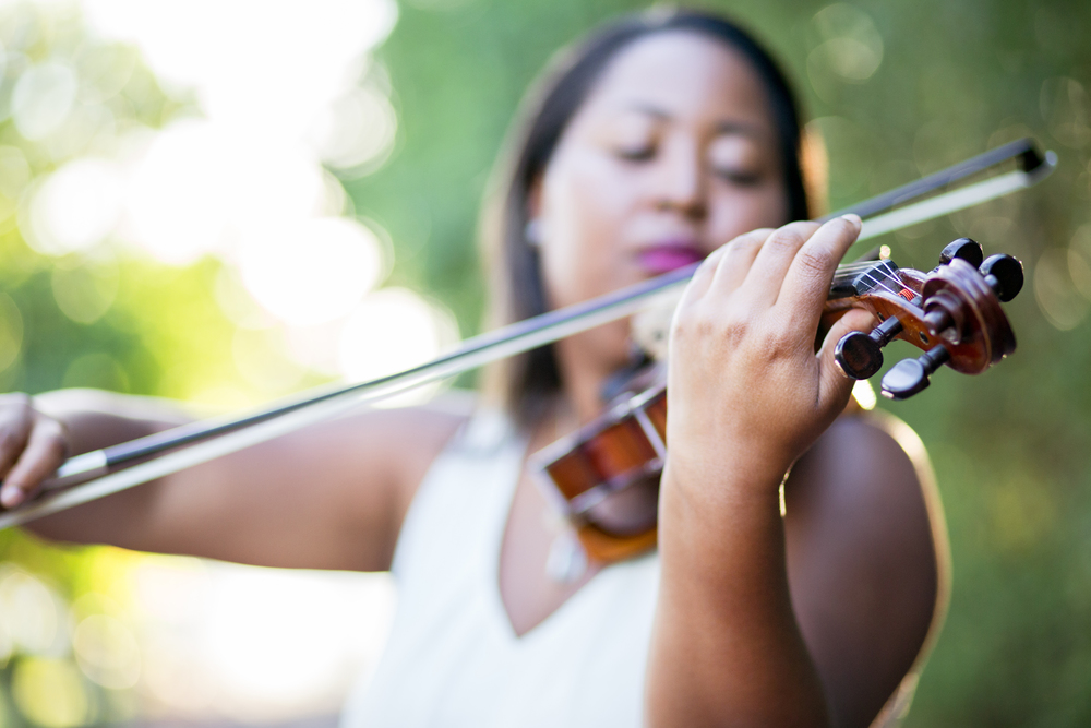 Spanish-river-beach-photography-candid-violin-player