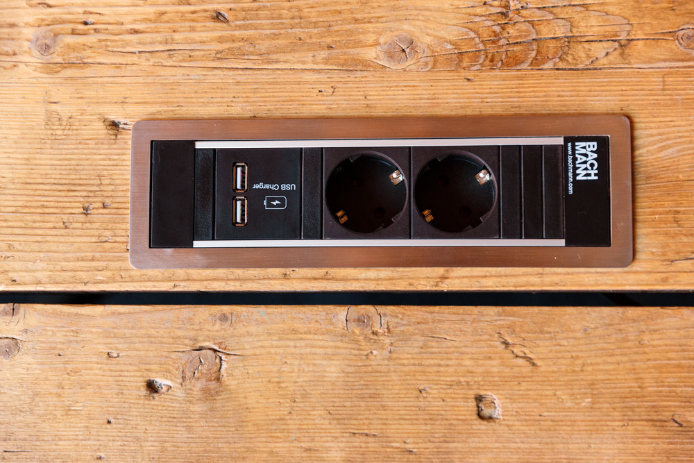 PeakAce-Konferenzraum-Detail-Tisch-Steckdosen-Dittmarandfriends.jpg