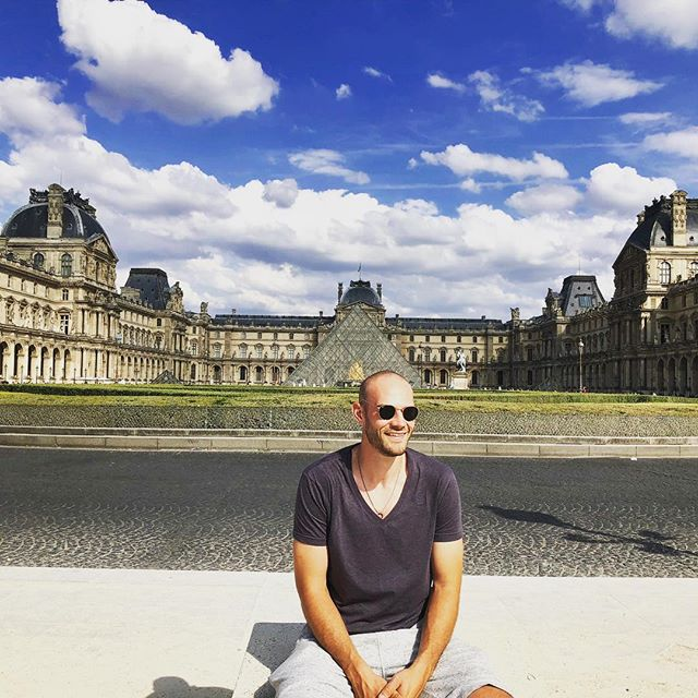 Strolling through the streets of Paris! #paris #sunnyday #chill #louvre