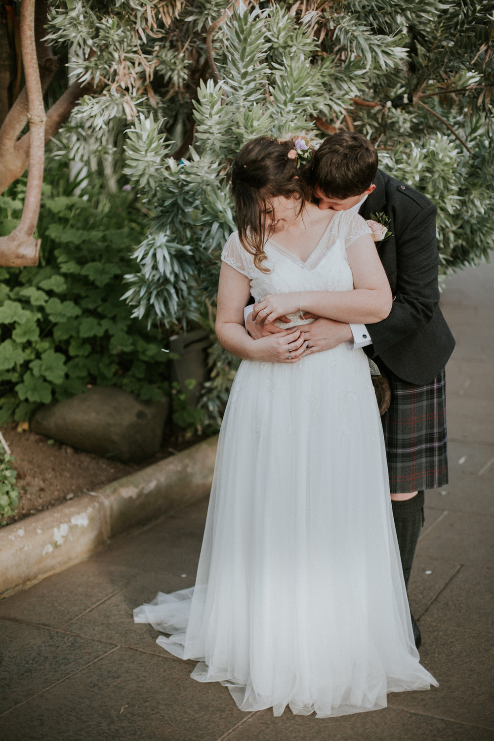 Relaxed and natural couple portrait at the Botanic Gardens in Glasgow