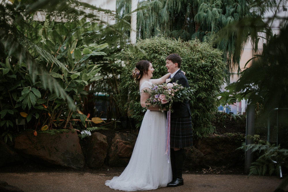 Couple's relaxed portrait at the Botanic Gardens in Glasgow