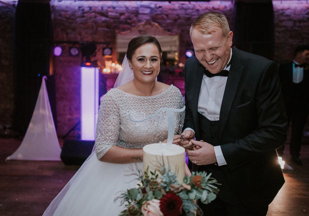 The newlywed cut the wedding cake