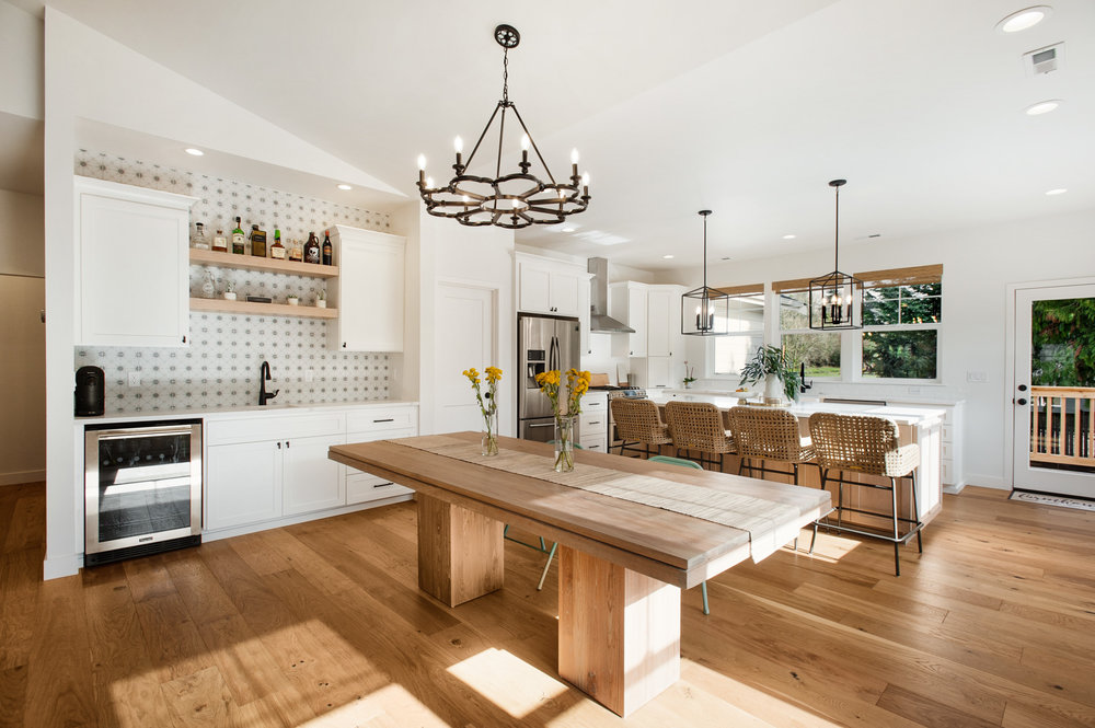At one of the dining room flanks a wet bar - perfect for entertaining!