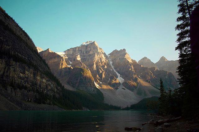 Lights fading . . . #morainelake #banffnationalpark #explorecanada #mountains #canadianrockies #canadianoutdoors #thegreatoutdoors #borealnorth #travelcanada