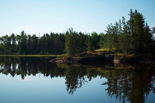 I don't usually jump out of bed full of energy in the morning, unless I'm camping ⛺️ . 🌲 . 🇨🇦 #beresford #nopimingprovincialpark #beresfordlake #manitobaparks #exploremb #explorecanada #calmlake #borealnorth #lakereflection