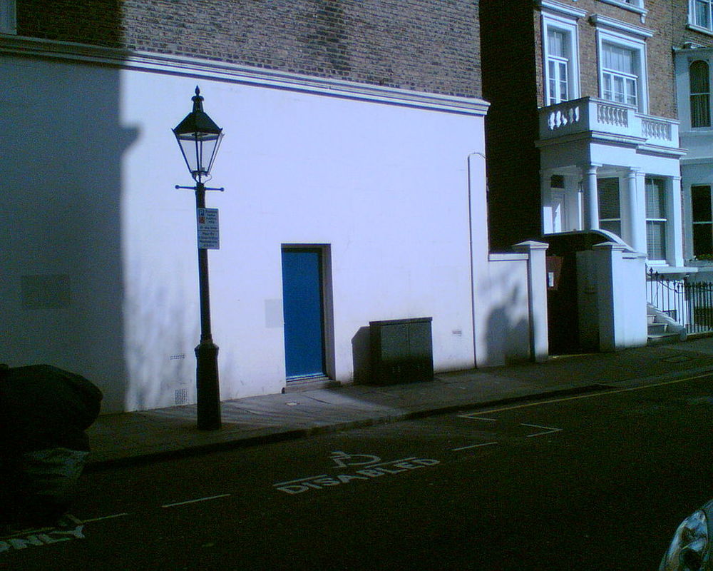 La puerta de entrada (pintada de azul) del Gateways en la actualidad