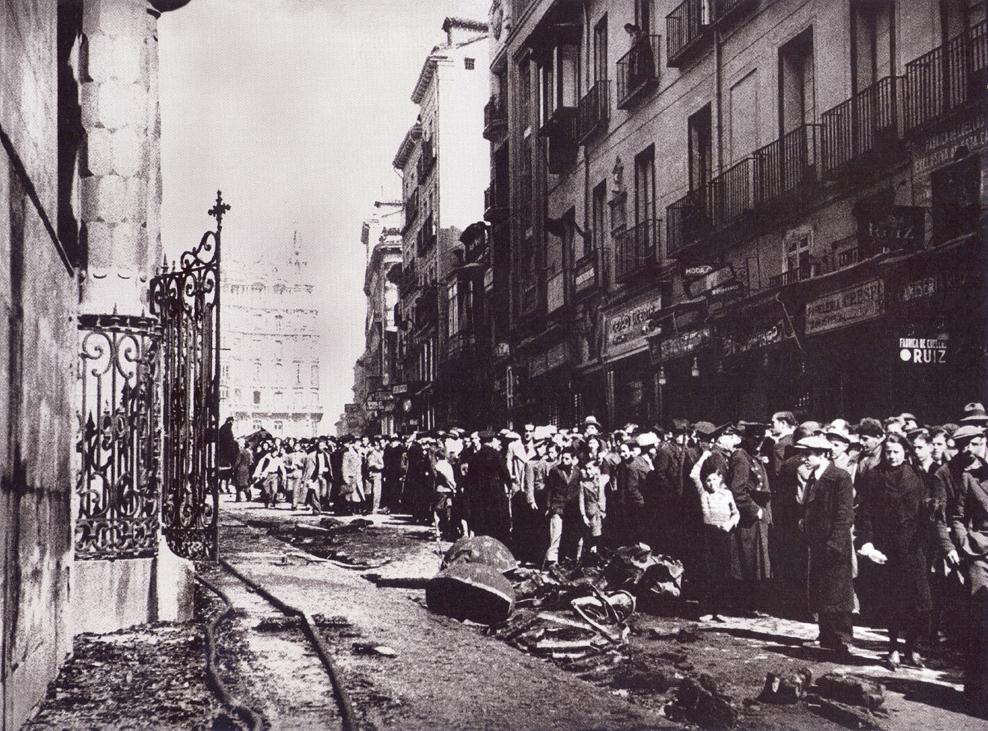 Los madrileños contemplan los restos calcinados de la iglesia de san luis obispo