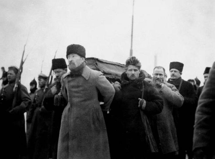 Félix Dzershinski, al frente de la comitiva, cargando el féretro con los restos de Lenin
