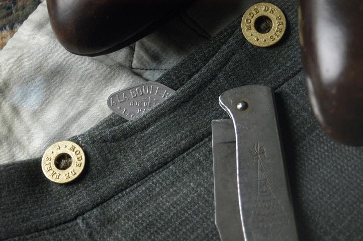 Una marca de ropa actual imitando la estética apache. Los pliegues de la chaqueta sirve para ocultar cuchillas y, por supuesto, la navaja