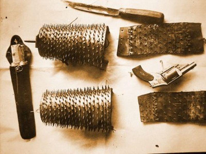 Los increíbles brazaletes incautados a un apache llamado Jean-Jacques Liabeuf en 1910. Los pinchos afilados servían para evitar que los agentes de policía lo pudieran agarrar