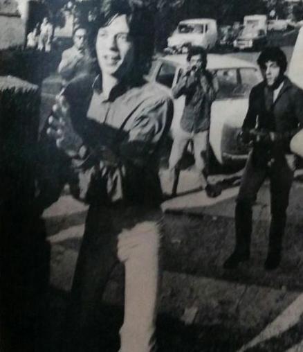 Mick Jagger, divertido, se resguarda de la trifulca