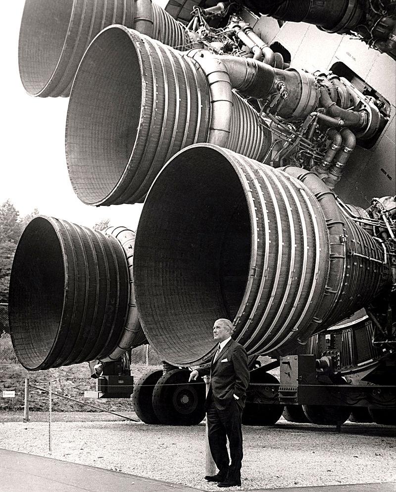 Von Braun junto a cinco motores F-1