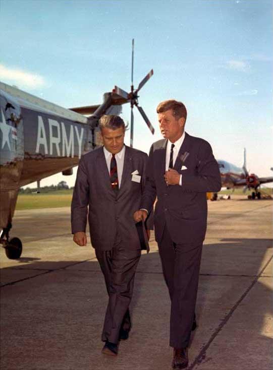 Von Braun paseando junto a Kennedy en mayo de 1963