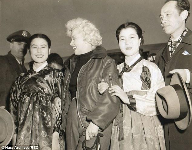 La estrella de cine Choi junto a Marilyn Monroe en 1954