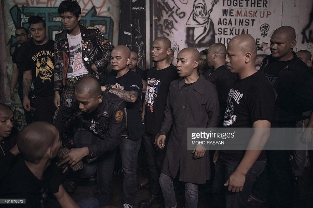Punks y skins malayos durante un festival. Al fondo puede verse un grafiti que reza: «Juntos contra la violencia sexual»